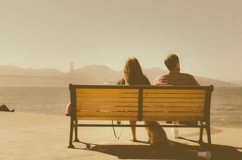 ベンチに隣り合うカップル