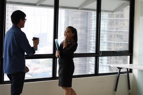 同僚の男性に惹かれる女性