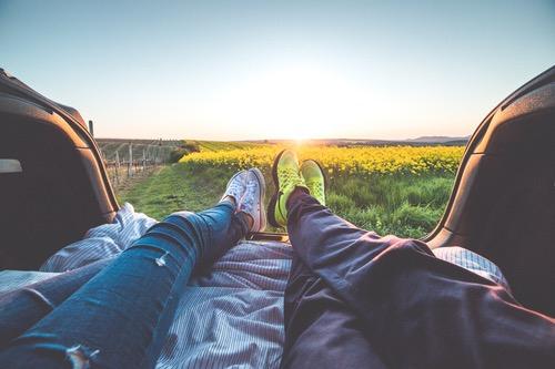ドライブ後にトランクで横になるカップル