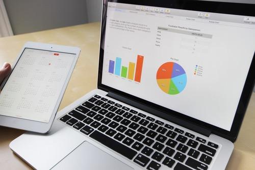 macbookとデータを映し出した画面