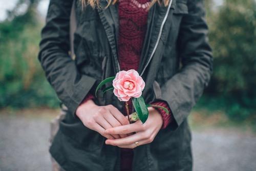 女性がバラを持っている