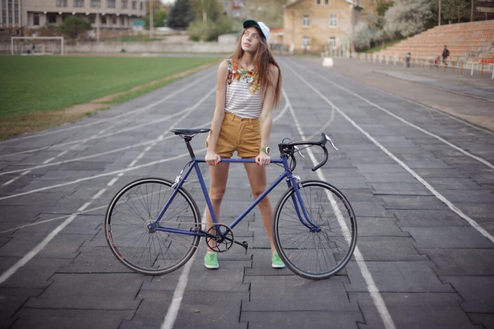 自転車にのる女性のオシャレスナップ