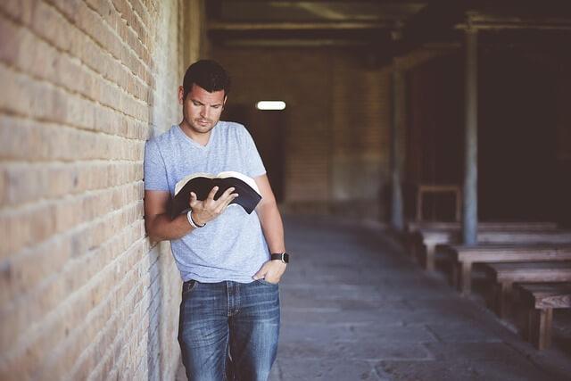 本を読み黙想する男性