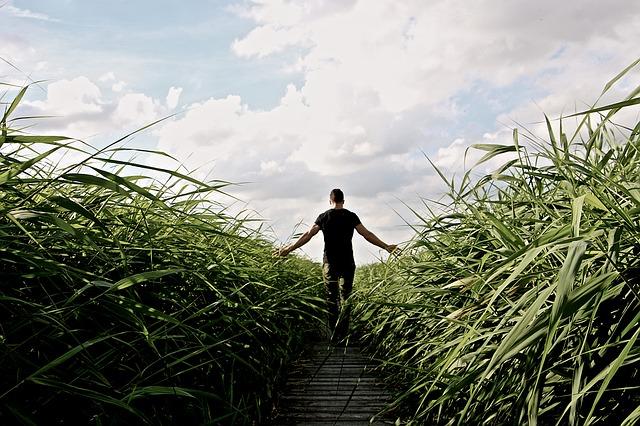 一人で歩く男性