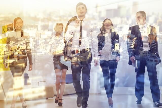 歩く外国人ビジネスマンモデル