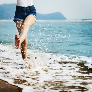 沖縄の海で遊ぶ美脚の美女