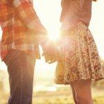 夕日で手をつなぐカップル