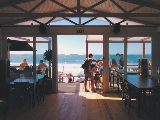 綺麗なビーチと海の家の無料素材