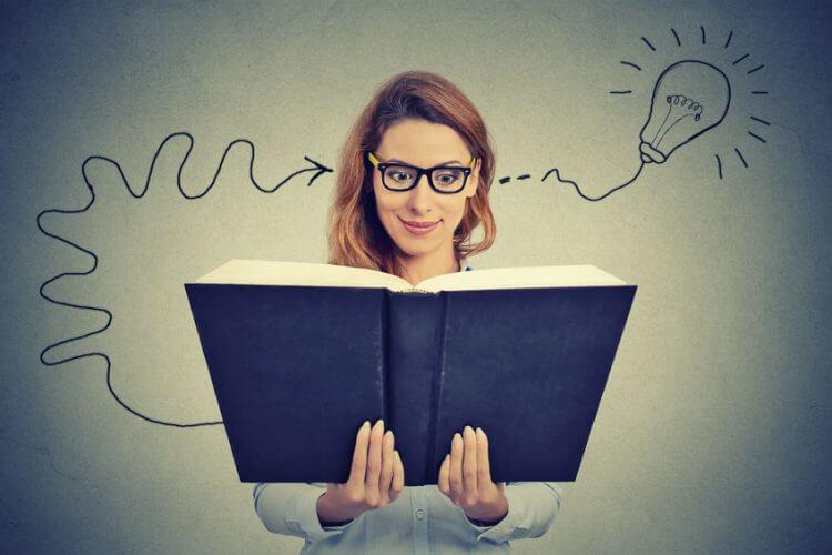 本を読んで発見をしている女性