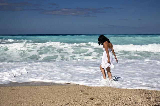 海で遊ぶ純白の女性
