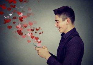 スマホで愛のメッセージを送る男性の素材