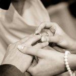 指輪の交換をしている無料素材