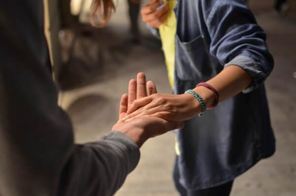 手をつないで協力しているカップルの無料素材
