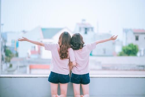 女性同士の親友の無料素材