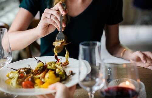 女性と食事する無料素材