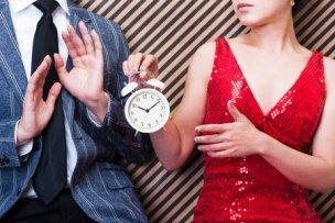 カップルと時計・時間を考えている