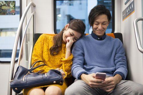 電車でいい雰囲気の男女