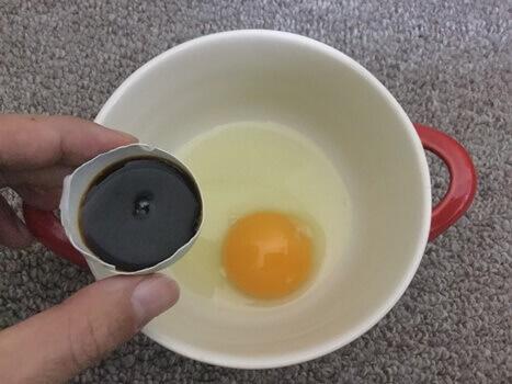殻の半分の醤油を入れます