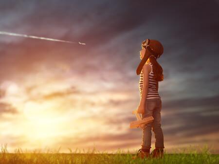 少年が大空を眺めている