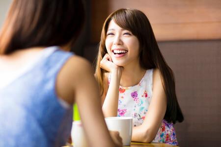 笑顔で会話する女性の写真