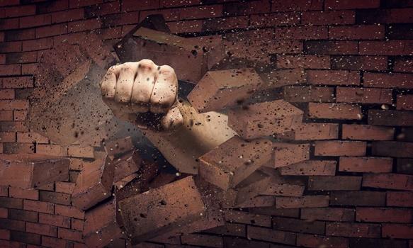 壁を打ち破る