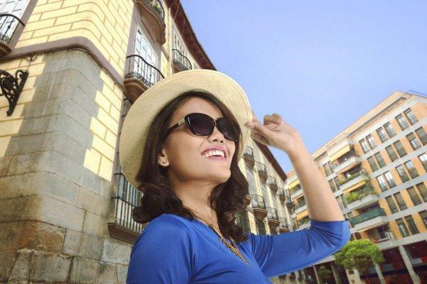 旅行する女性の画像
