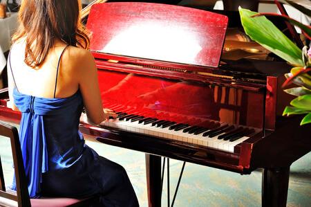 ピアノを弾く綺麗な女性